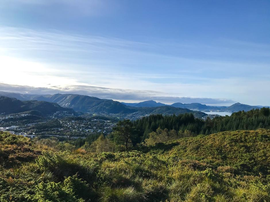 Storslagen utsikt over Åsane og Rundemanen mot sør. Etappe 7 kort tid etter stistart.