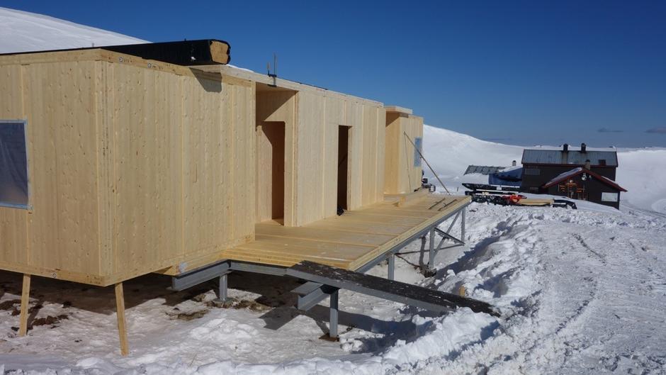 Her skal monterast «korridor» toalett, vedboder og hundebur .. komande veke