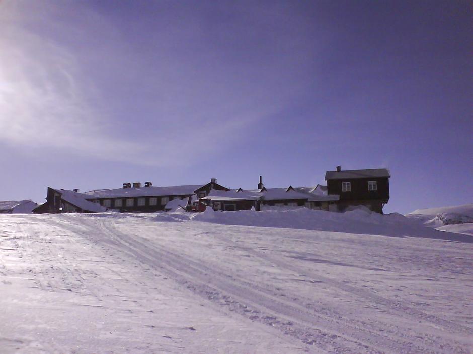 Finsehytta sett fra Finse stasjon. Foto DNT Oslo