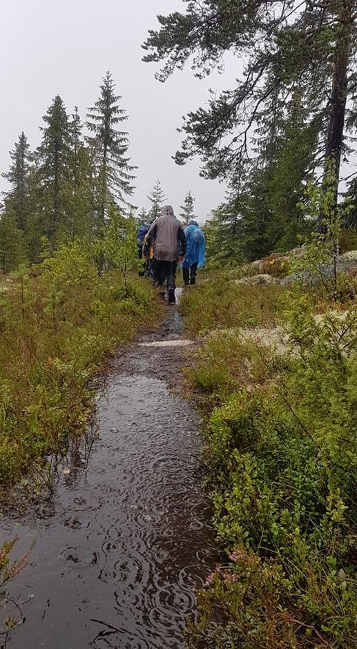 Stien var langt fra tørr denne dagen, men man fant frem allikevel.