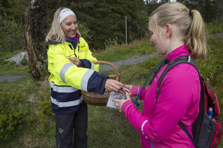 BKK delte ut sjokolade og pannebånd til alle turdeltagere på Fløyen.