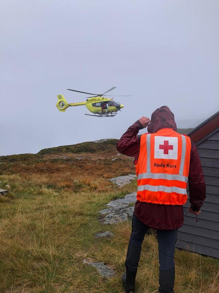 Vaksdal Røde Kors Hjelpekorps på redningsoppdrag på Dalestølen. To dansker ble hentet ned fra fjellet.