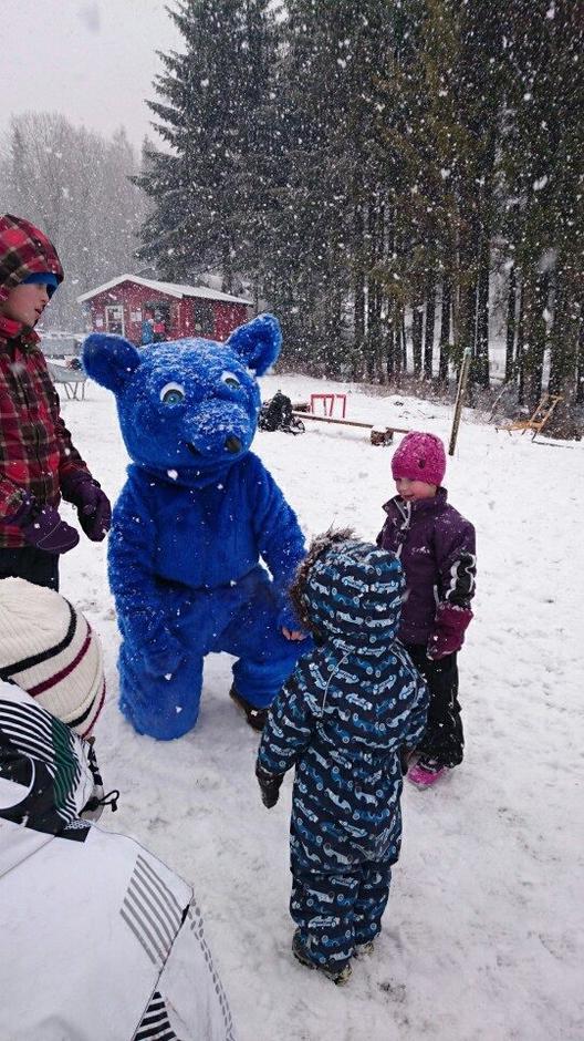 Turbo elsker barna og vil så gjerne være med å leke i snøen