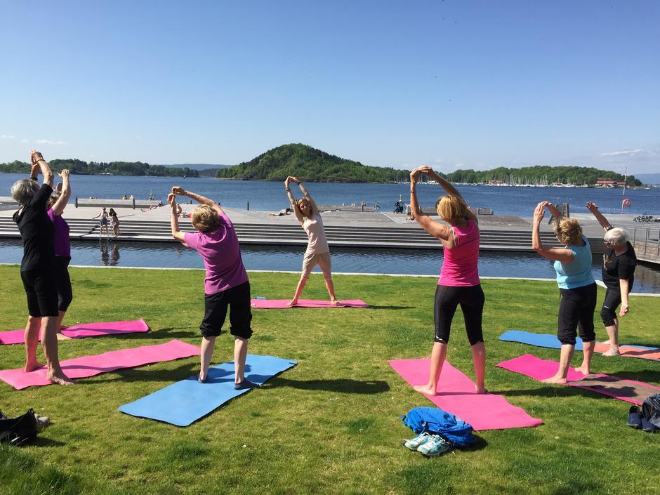 På varme, fine dager tar vi yogamattene med ut.
