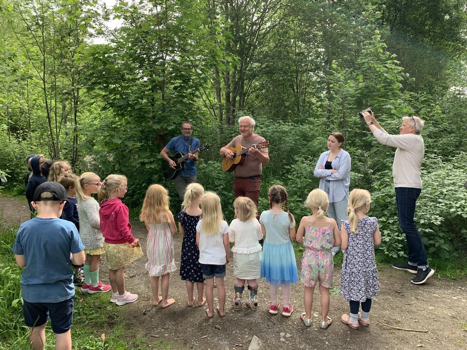 Barn fra Klukhagan barnehage kan sangene og blir med Geir Willard, Tor Karseth og Marie Arneberg Bjørkheim - og Lage T Myrberget filmer.