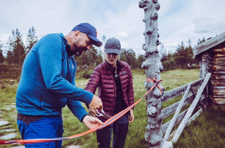 DNTs generalsekretær Dag Terje Klarp Solvang og riksantikvar Hanna Geiran sto for den høytidelige åpningen av Malmveien og den nye selvbetjente hytta Fjølburøsta.