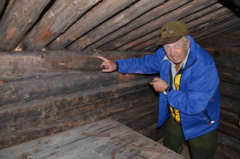 Saltveien med Arnt Ettestad: Arnt Ettestad viser hvor vådeskuddet fortsatt sitter i tømra på Søvann, men hvor heldigvis ingen ble truffet da en tømmerhogger hadde glemt å ta ut patrona.