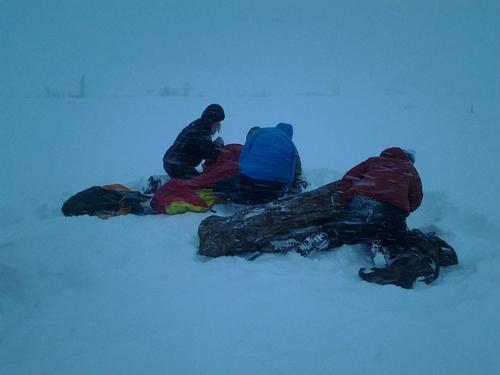 Gode turvenner med livsviktig hjelp i snøen