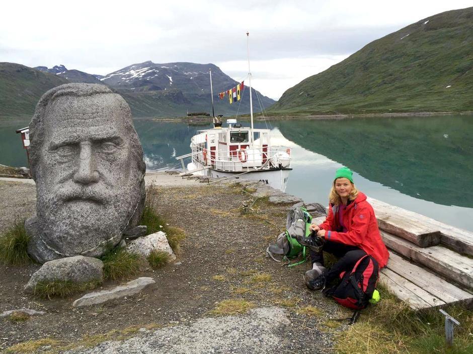 STILLE FØR STORMEN: Ventende på MS Bitihorn på Eidsbugarden før en 11 timers vill tur via Galdeberget i uvær.