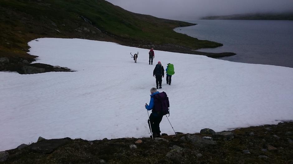 Enda ligger det litt snø i fjellet, men den er hard og fin å gå på, så det byr ikke på problemer.