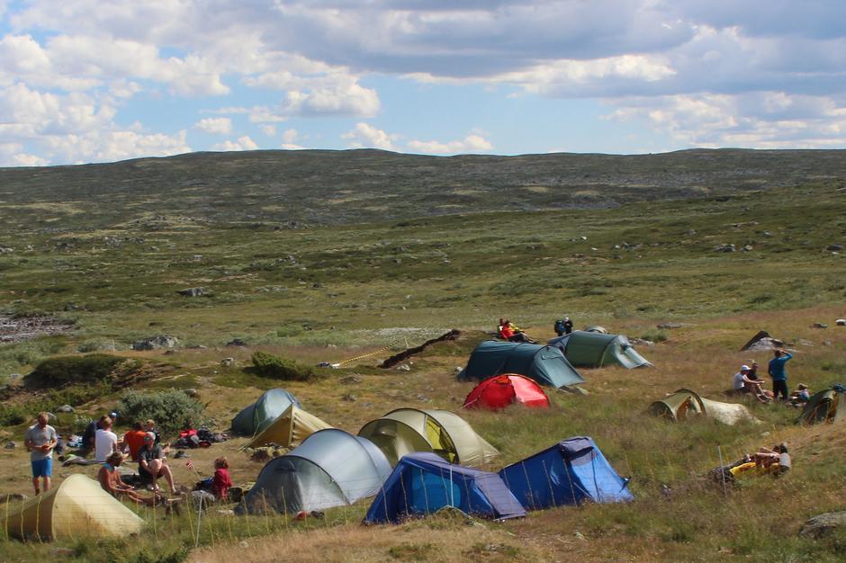 """Litt av teltleiren ved Heinseter til """"Monsen minutt for minutt""""."""