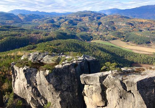 Utsikt fra Gygrestolen i Bø. Telemarks svar på Preikestolen, eller mini-Yosemite. Gule løvtrær så langt øyet kan se
