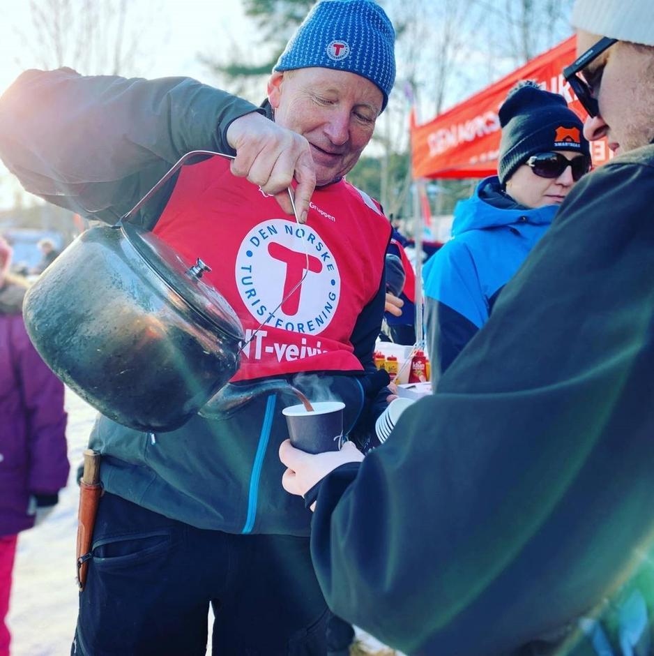 Blide frivillige serverte mange kopper med bålkaffe under Kom deg ut-dagen. Her fra Asker Turlag utenfor Oslo.