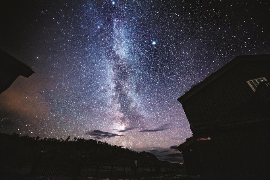 STJERNEKLART: Til tross for at fotografen var temmelig sliten, fikk han samlet krefter til å forevige nattehimmelen over Jøldalen.