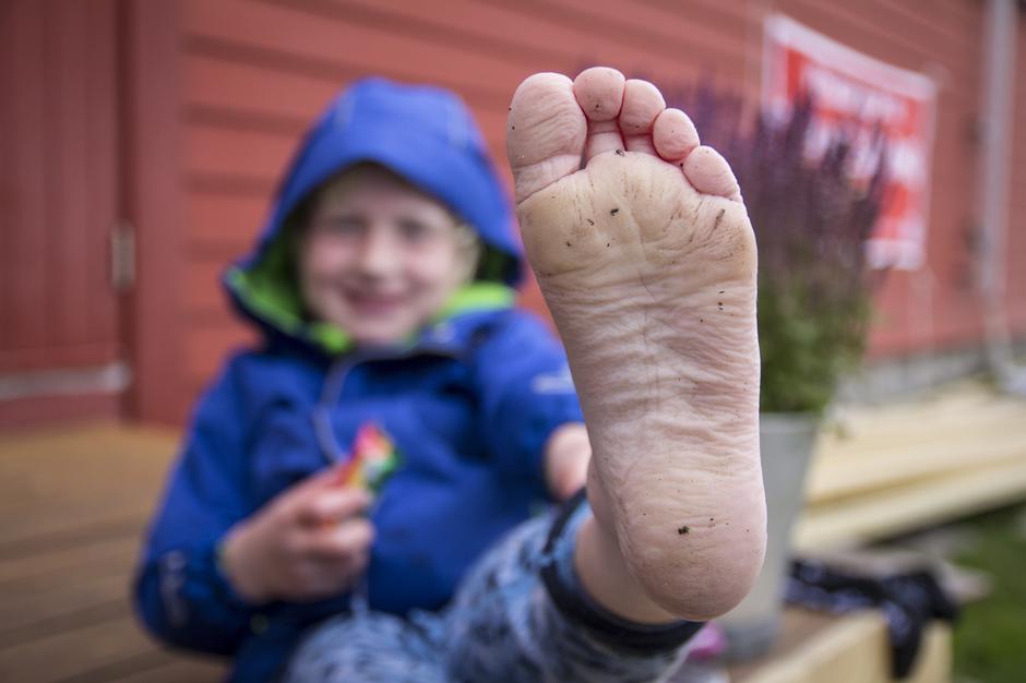 Slik ser føttene til Adrian (6) ut etter å ha gått fra kraftstasjonen i Husedalen til Stavali.