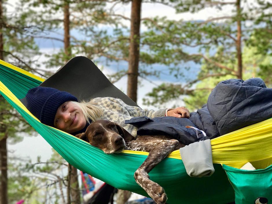 På hengekøyetur i Sogndal. Meg og turkompisen våknet blide og fornøyde etter en god natt søvn.