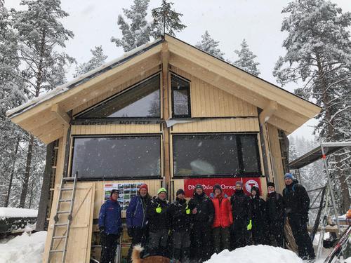 Kranselag på Huldreheim 6. februar. Håkon Ljøgodt i rød jakke.
