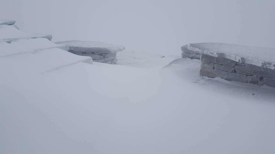 En god del snø har samla seg på utsida av den lune turisthytta på Telemarks tak.