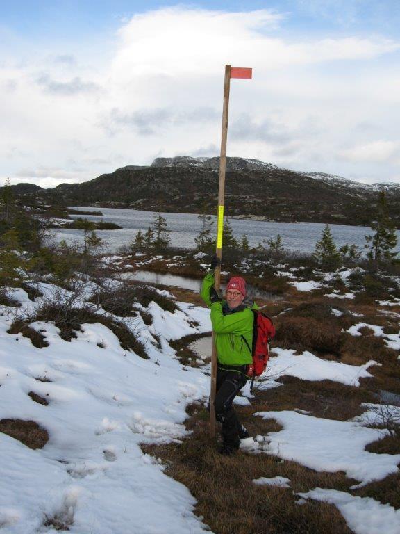 Her er merkestaken med refleks som plasseres på den søndre siden av det første Åklivannet.
