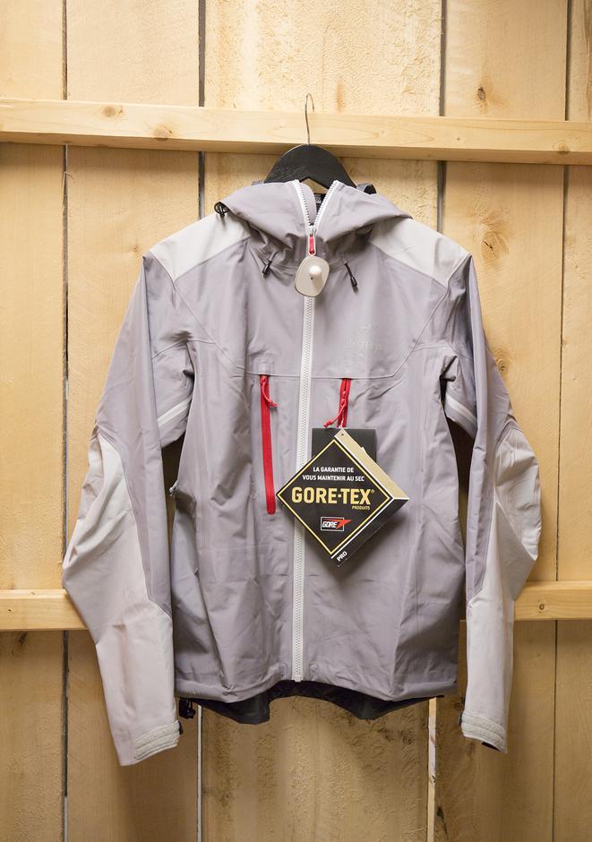 Arcteryx Alpha AR jakke til dame. Knallgod Gore-tex skalljakke. Veil. 4999,-. Medlemsrabatt: -50 %
