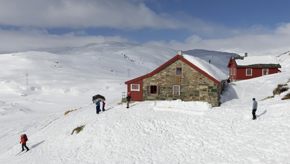 Den selvbetjente hytta Hallingskeid ligger et lite steinkast fra Bergensbanen.