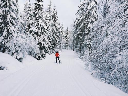 Nok en skitur i Nordmarka i februar. Min samboer Tiril viser skøyteteknikken og leder an.