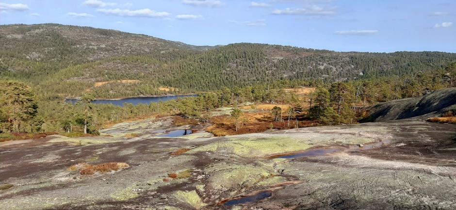 Nydelig utsikt til Spjotvatn. Solhomfjell bak.