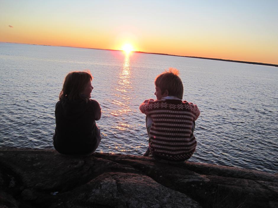Marie (11) og Oskar (10) nyter solnedgangen på Lauer (Hvaler).