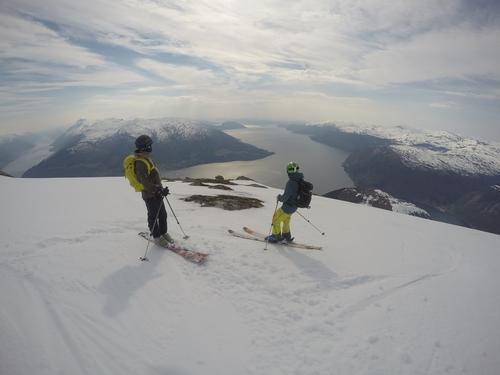 Nyter utsikten under nedkjøringen fra Oksen i Hardanger
