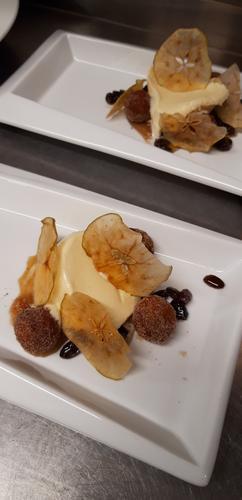 Dessert fra en treretters meny.