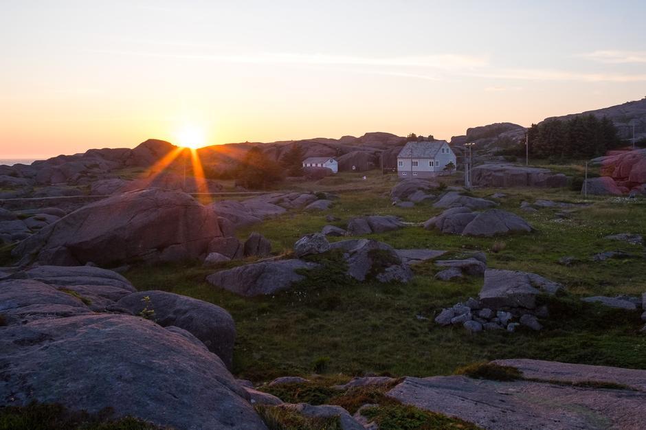Fyrvokterboligen på Eigerøy i vakker solnedgang.