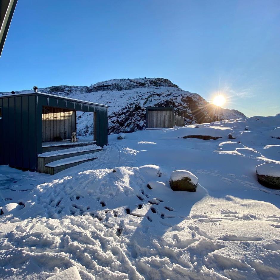 Litt snø rundt hyttene på Skåpet 10 januar.