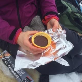 Vi fyrte i bålpanna og det vart grilla både pølse, marshmallow og laga appelsinkake på bålet.