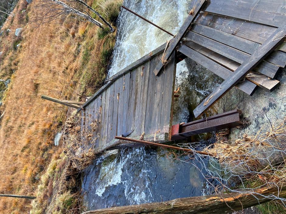 Den første broen man passerer fra Eikebrekka mot Kvitlen har fått litt hard medfart. Det går fint å passere og vi er på saken.