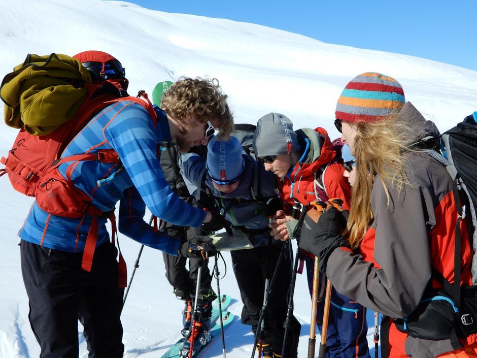 Torgeir Holmslet hjelper ungdomane å finne god snø