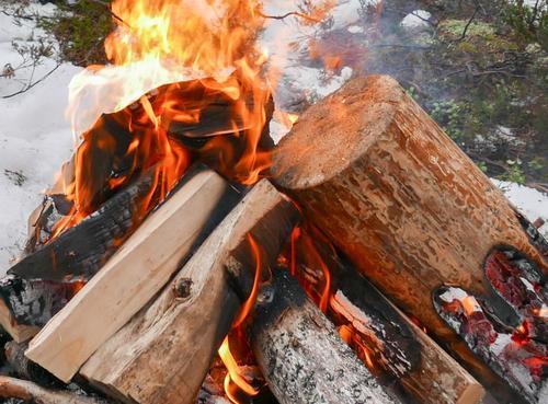 Vi fyrer opp bål og tar rasten på Huken