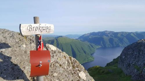 Postkassen på toppen av Bruviknipa, også kalla Brøknipa.