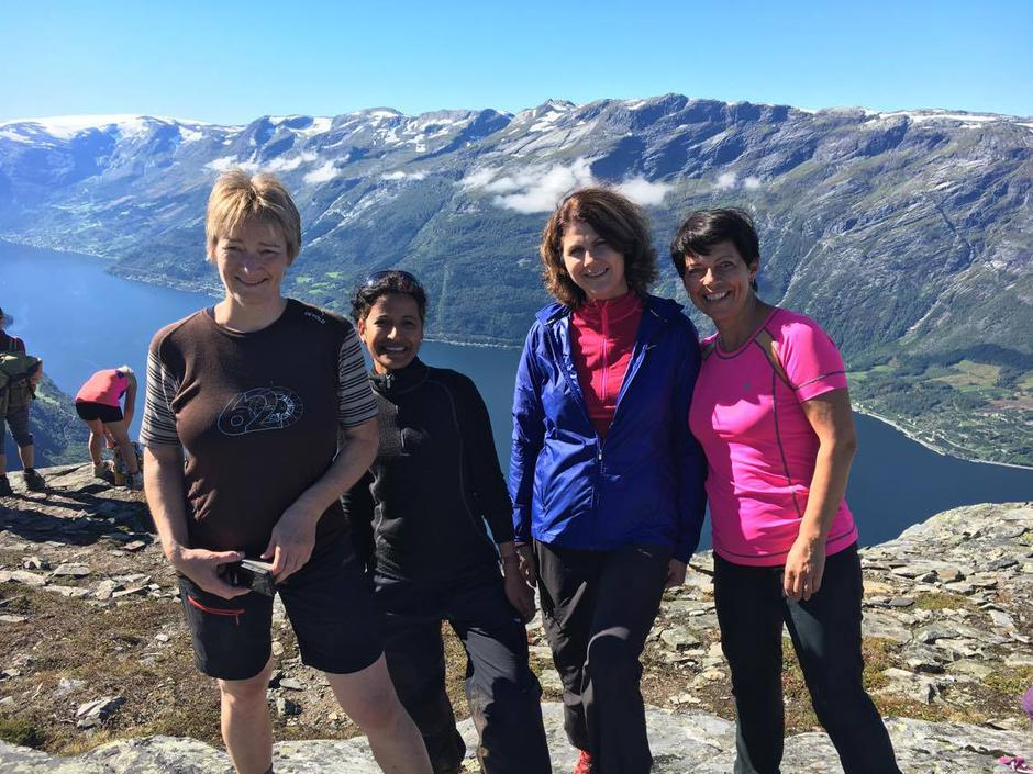 Fornøgde damer på tur. F.v. Mona E. Røstbø, Sangeeta Pal, Janne Lillesand Høgestøl, Inga Aarseth