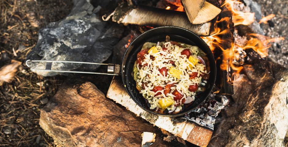 Når du føler deg klar for noe litt mer avansert enn pølser på bålet, foreslår vi pizza.på bålet