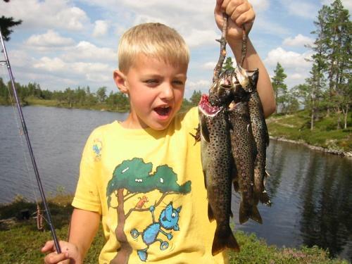 På denne turen må fiskestanga prøves. Kanskje får dere fisk?!