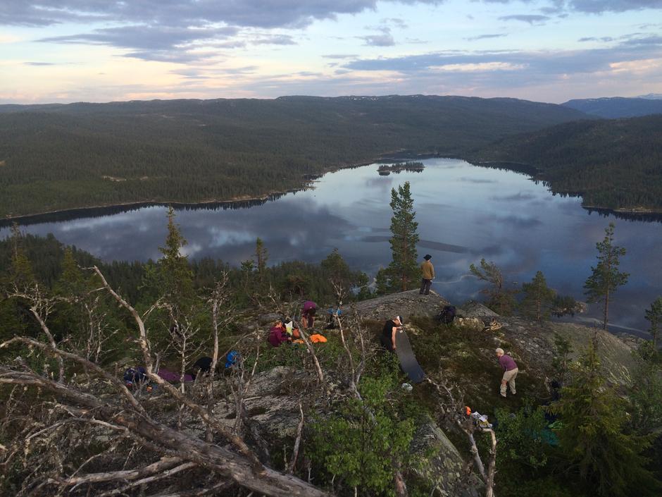 Klargjøring av sengeplasser for natten på Kviturden (950 moh)