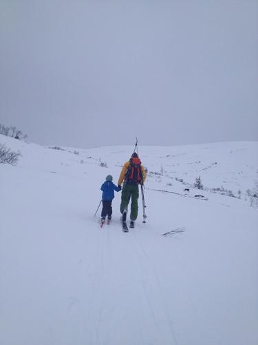 Ei hånd å holde i! Heine snart 7 år, er med på sin første topptur, Raudheia i Møre og Romsdal. Da er det godt å ha ei pappahånd å holde i når man begynner å bli sliten😊Vinter 2015