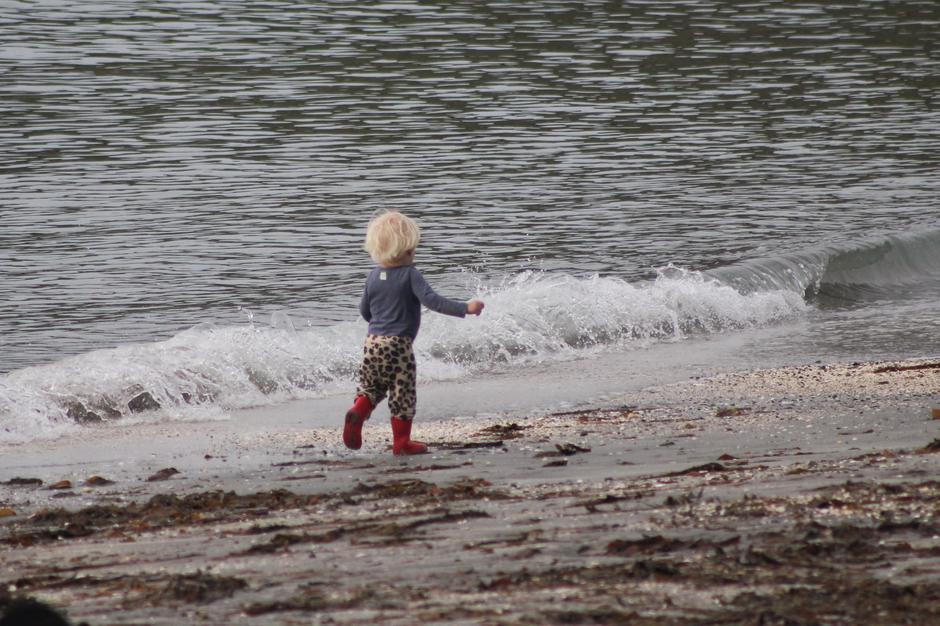 Gøy å leke i strandkanten