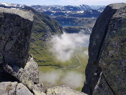 Utsyn ned mot Bjørndal og Svartavatnet