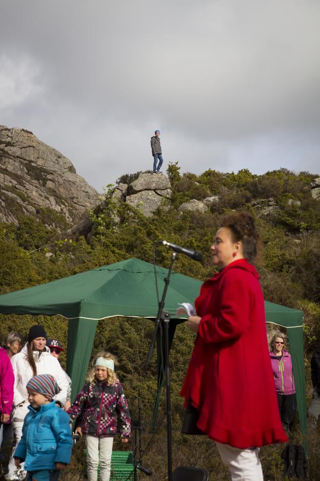 Fylkeskultursjef Anna Elisa Tryti stod for åpningen av gigantgitaren.