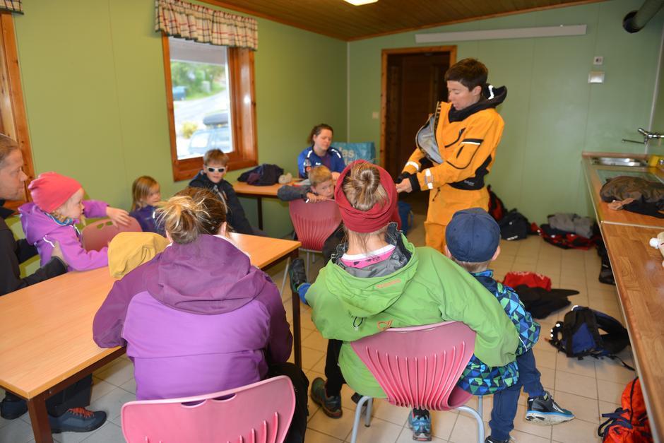 Instruktør Siri Hofsø Hjellnes forklarer hvordan man kler på seg en våtdrakt.