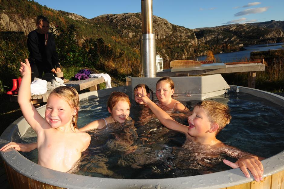 HOPP I DET: Glade unger i badestampen, på sommerstid er det også en yrende aktivitet på Refsvatnet i bakgrunnen med utleie av kanoer, kajakk og SUP-brett