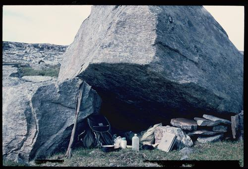 FØR OG NÅ: Bjørn sov under heller i 1966, mens Ingrid bodde i telt i 2017.