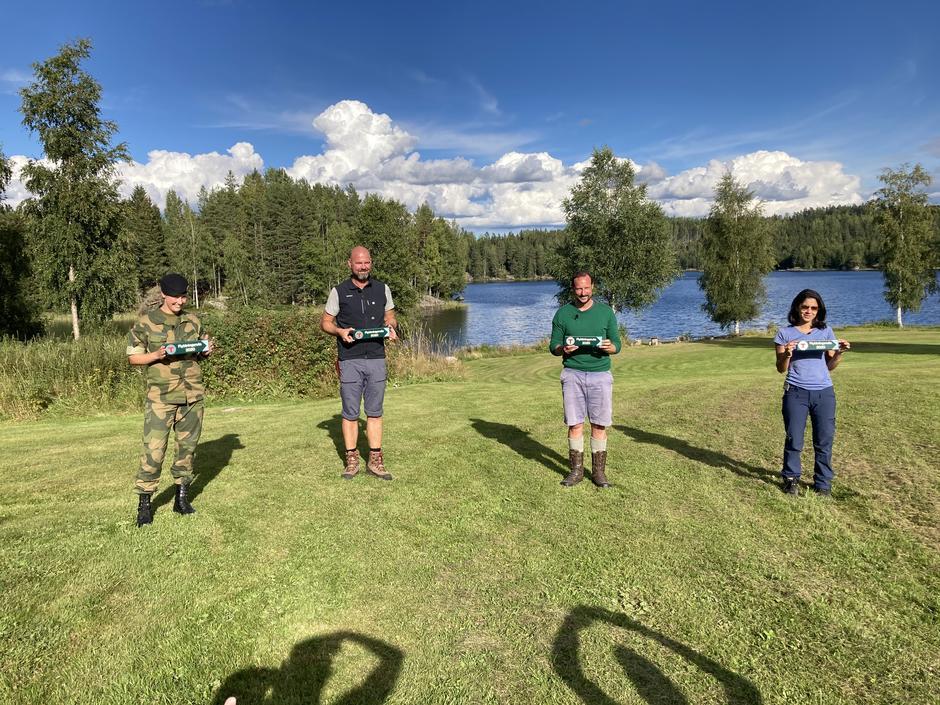 Dag Terje Klarp Solvang, Ayesha Wolasmal, Kronprins Haakon og Tonje Hagatun Nordengen fikk skilt med Flyktningeruta etter gjennomført tur.