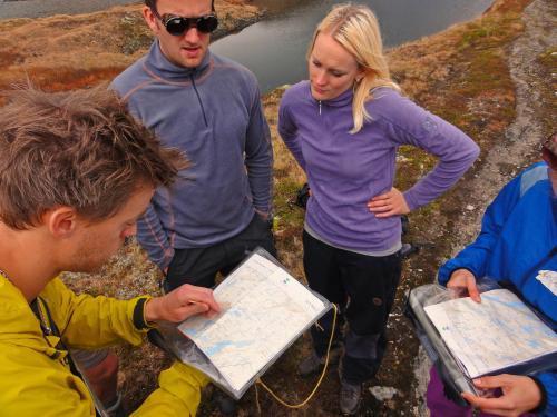 Tren i bruken av kart og kompass. Foto Petter Kirkefjord